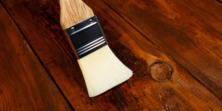 Auftragen Walnussöl auf Holz