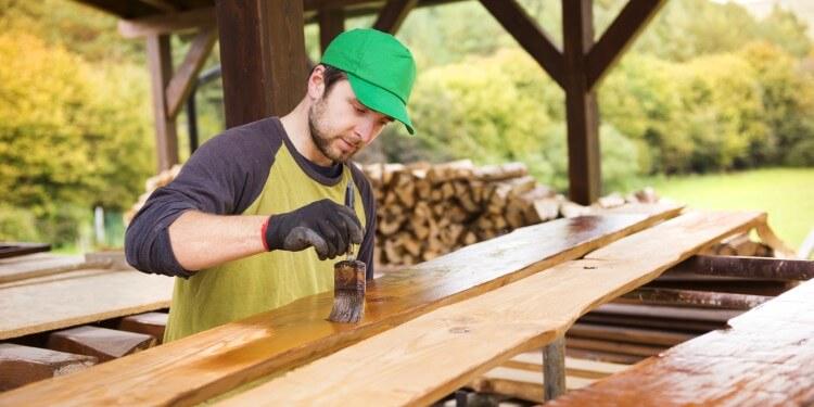 Holz im Außenbereich lackieren