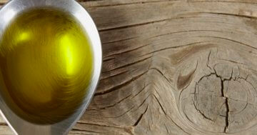 Holz mit Olivenöl einölen