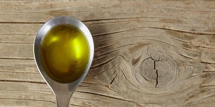 Schneidebrett mit Olivenöl einölen
