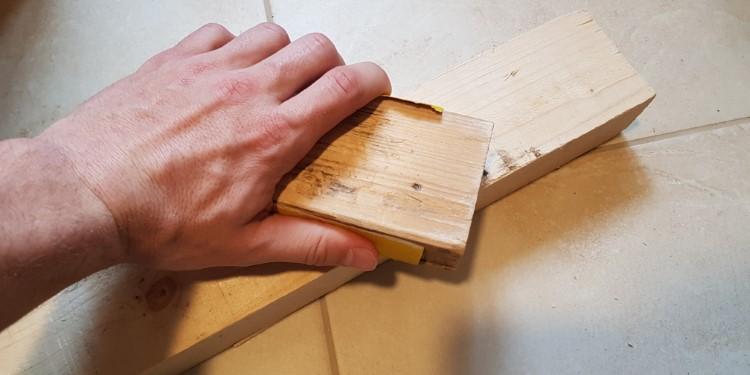 Holz vor dem Lackieren Schleifen