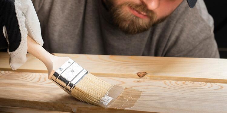 Klarlack auf Holz auftragen
