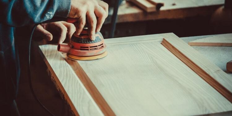 Holz schleifen vor dem Leinölauftrag