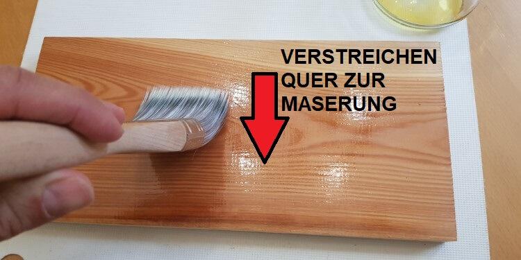 Holz mit Leinöl behandeln: Verstreichen quer zur Maserung