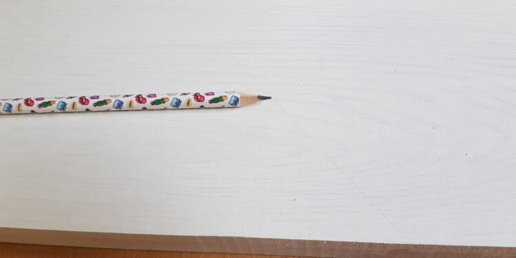 Strich mit Bleistift vor dem Abkleben