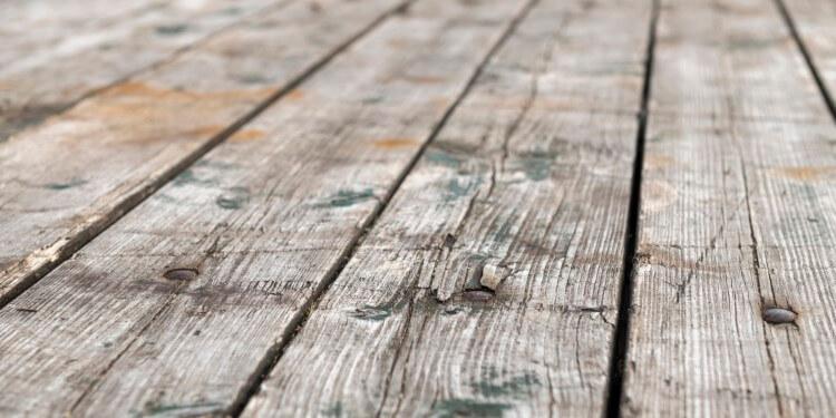 Graues Holz Poolumrandung