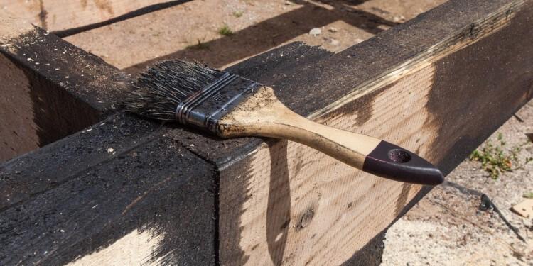 Holz mit Bitumen streichen