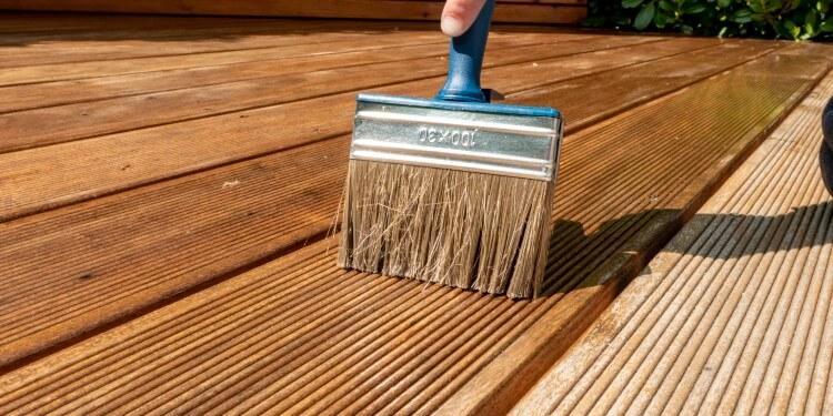 Regelmäßiges Streichen Poolumrandung Holz