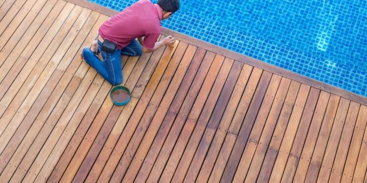 Streichen der Poolumrandung aus Holz
