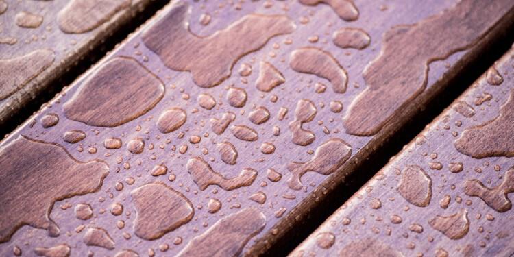 Wassertropfen auf Holzschutzfarbe